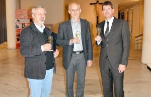 Ein Toast auf die neue Kooperation: Gottfried Kerscher, Groß-Morgen und Jäckel. Foto: Uni Trier