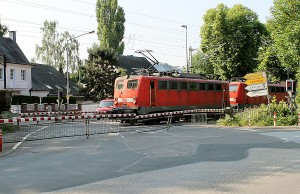 """""""Nicht unser Problem"""", sagt Giesbert Brauner von der Bahn zum Übergang im Martinerfeld. Hier muss die Stadt aktiv werden."""