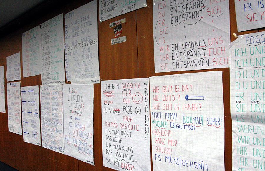 Auf großen Plakaten stehen einfache Wörter und Sätze, die von den  Flüchtlingen in der Afa in der Luxemburger Straße gelernt werden. Foto: Gabi Böhm