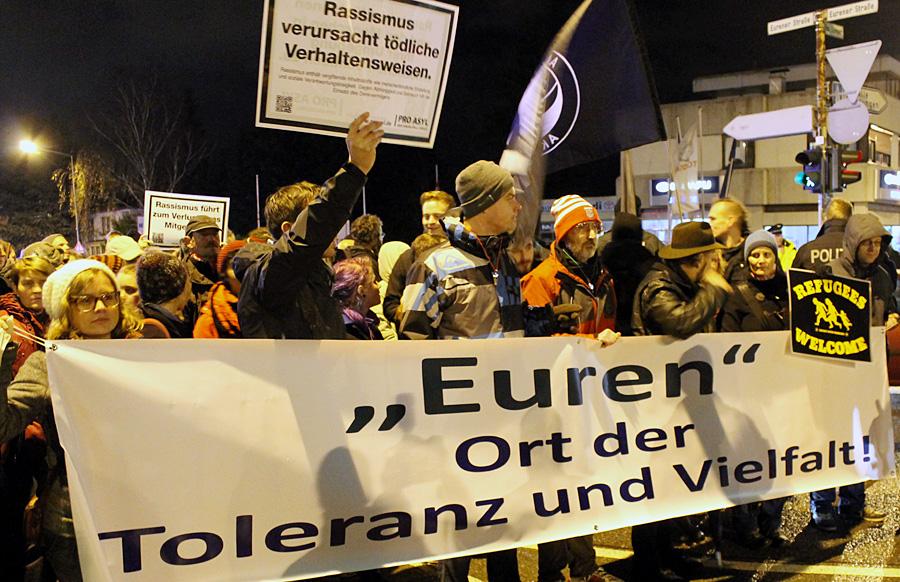 Rund 300 Menschen demonstrierten am Freitagabend gegen den Fackelzug der NPD und für ein tolerantes Trier.