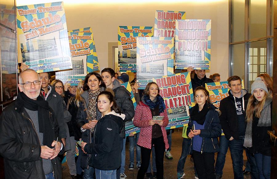 Protest der Humboldtianer zu Beginn der Stadtratssitzung - vorne links Schulleiter Ralph Borschel.