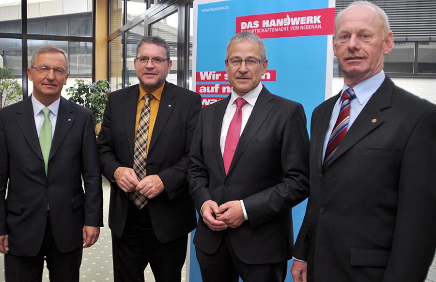 HWK-Hauptgeschäftsführer Dr. Manfred Bitter (l.) mit Präsident Rudi Müller und den Vizepräsidenten Hermann Zahnen (2. v. l.) und Edgar Gröber (r.).