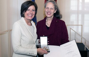 Die Triererin Agnes Gräser erhielt von Ministerpräsidentin Malu Dreyer den Landesverdienstorden. Foto: Pulkowski