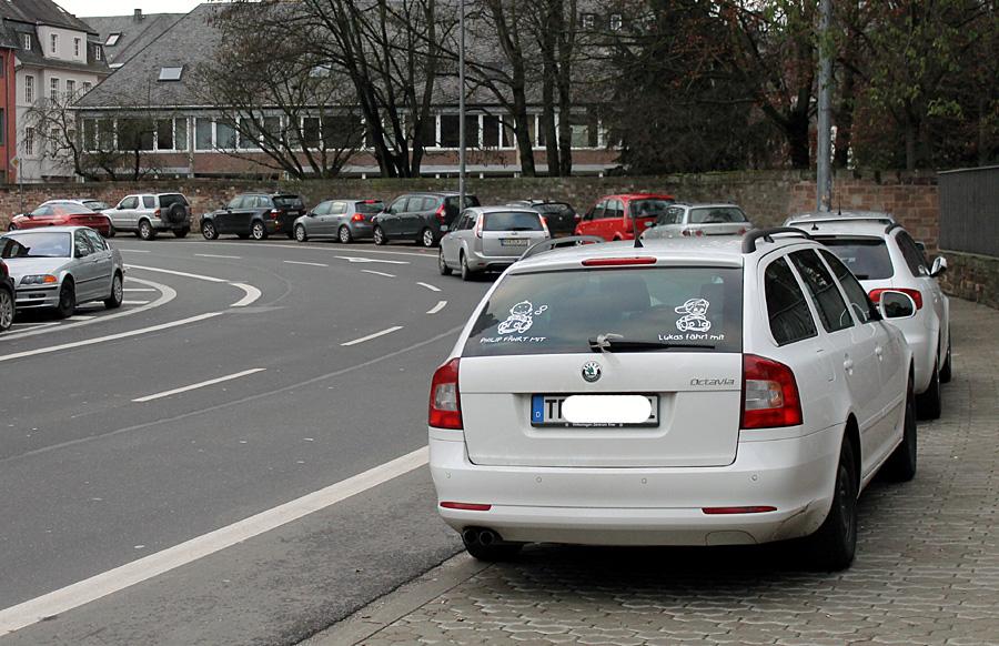 Verbotswidrig in einer Reihe - sonntägliches Parken auf dem Gehweg in der Mustorstraße.