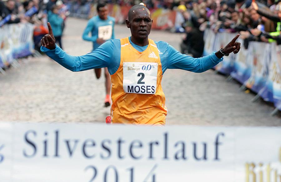 Moses Kipsiro aus Uganda holte sich zun fünften Mal den Sieg beim deutschen São Paulo in Trier. Foto: Silvesterlauf Trier