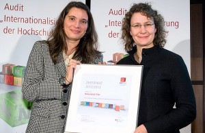 """Birgit Roser (rechts), Leiterin des Akademischen Auslandsamtes, nahm in Berlin für die Universität Trier das Zertifikat für die erfolgreiche Teilnahme am Audit """"Internationalisierung der Hochschulen"""" in Empfang. Foto: Svea Pietschmann"""