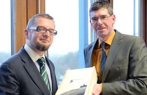 Universitätspräsident Michael Jäckel beglückwünscht Martin Przybilski (links) zur Wahl.