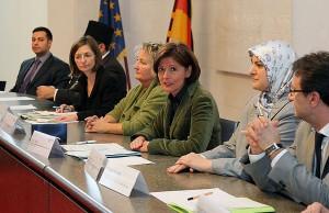 Ein klares Zeichen: Landesregierung und muslimische Verbände unterzeichnen die gemeinsame Erklärung – gegen Terror, für Weltoffenheit und Toleranz. Foto: StK