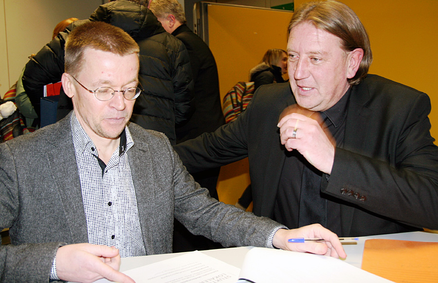 """Spannungsfeld """"Kommunalpolitik und Medien"""" - darüber diskutierten und informierten Rainer Neubert vom Trierischen Volksfreund (links) und Eric Thielen vom trier-reporter. Foto Gabi Böhm"""