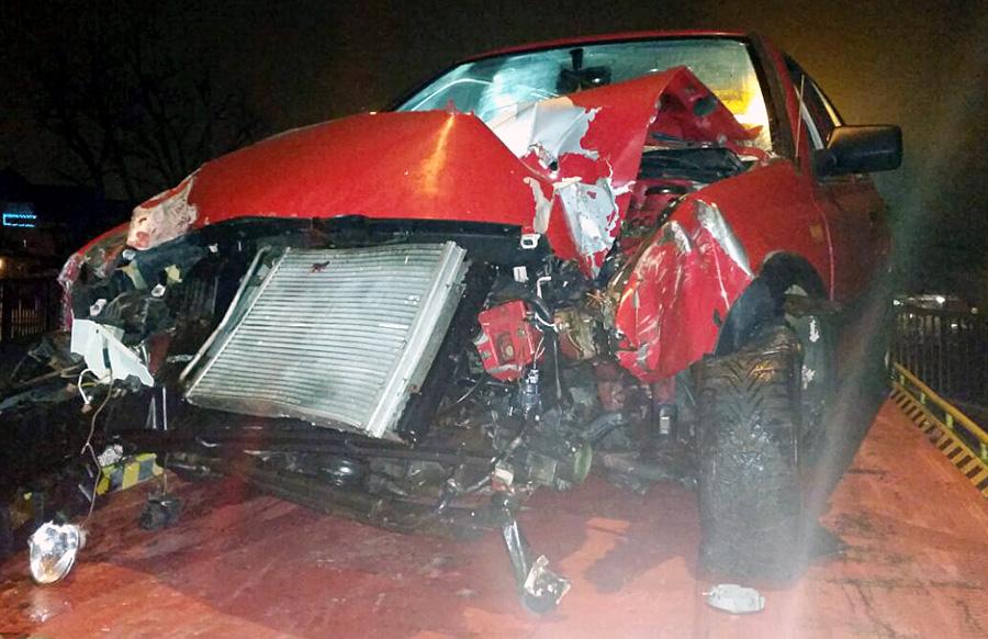 Bei einem spektalurären Unfall auf der Eisenbahnbrücke in Trier-West wurde das Auto eines jungen Mannes total zerstört. Der 24-Jährige war mit zu viel Alkohol im Blut unterwegs gewesen. Foto: Polizei Trier