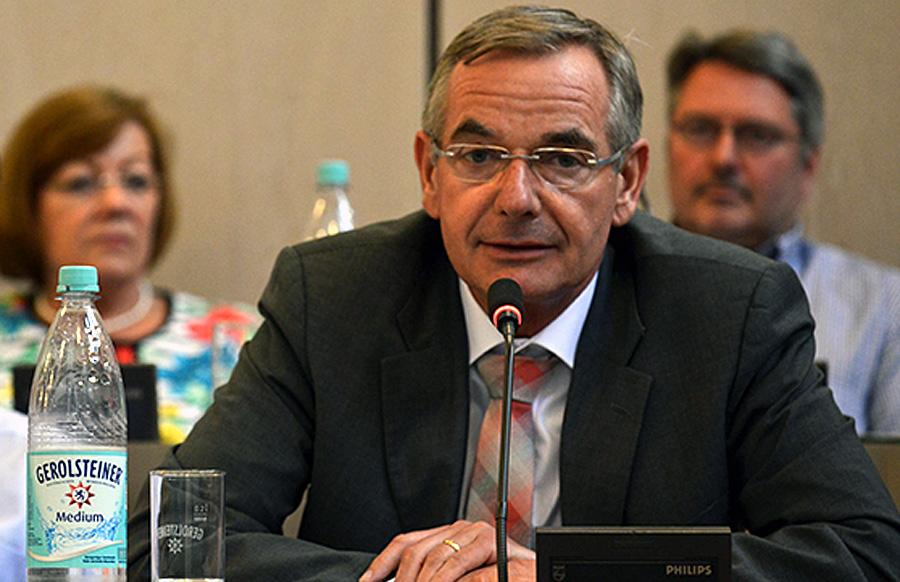 Der Jurist Dempfle mag um die Substanzlosigkeit des eigenen Antrag gewusst haben und überließ deshalb die Begründung des Antrages dem Parteifreund Michels aus Kürenz.