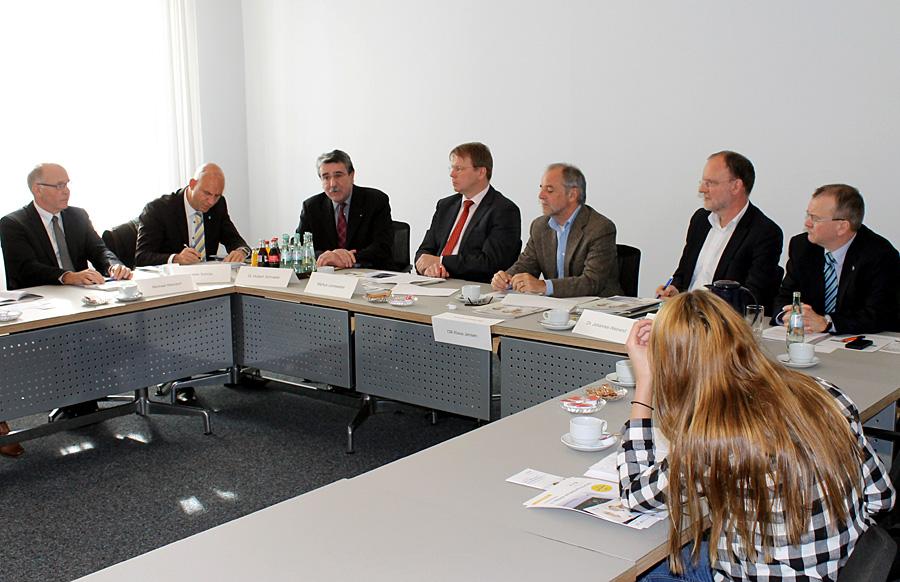 Gemeinsam Stärke demonstrieren - die Vertreter der EFG-Mitglieder am Montag beim Pressegespräch im Rathaus mit Oberbürgermeister Klaus Jensen.