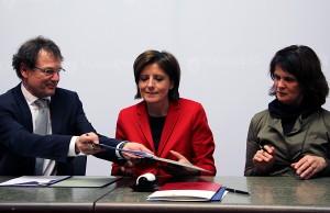 Prof. Dr. Norbert Kuhn, Ministerpräsidentin Malu Dreyer und Wissenschaftsministerin Vera Reiß bei der Unterzeichnung der Zielvereinbarung (v.l.).