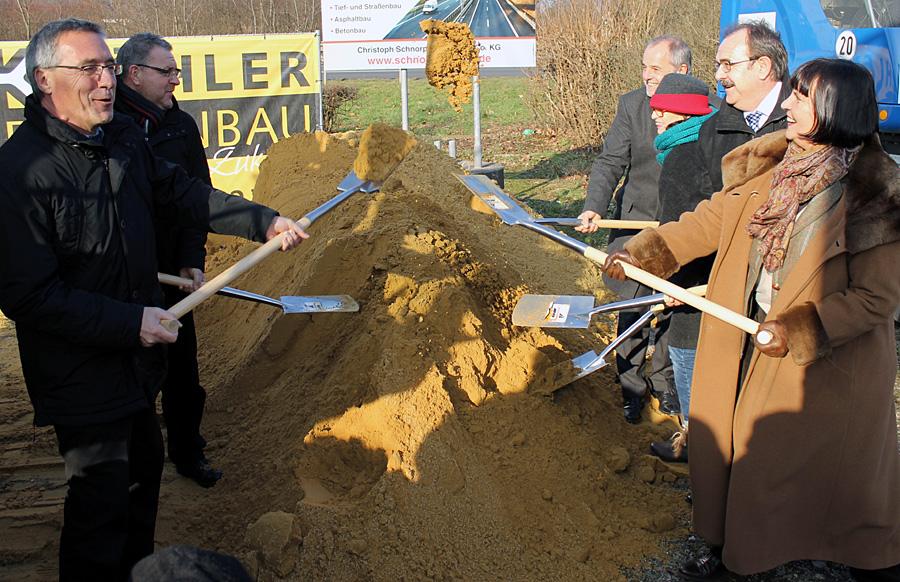 """""""Ein glücklicher Tag!"""" Es geht los - Spatenstich für den Ausbau der Loebstraße."""