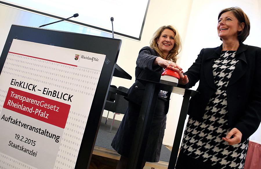 Ministerpräsidentin Malu Dreyer gibt den Startschuss zum Beteiligungsverfahren für das Transparenzgesetz. Foto: Sell/Staatskanzlei