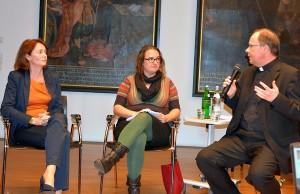 Barley (links) und Ackermann diskutierten am Mittwochabend über die Sterbehilfe. Foto: Bistum Trier