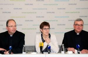 Bischof Dr. Stephan Ackermann, Ministerpräsidentin Annegret Kramp-Karrenbauer, Bischof Dr. Karl-Heinz Wiesemann (v.l.) untersrichen die Gemeinsamkeiten.