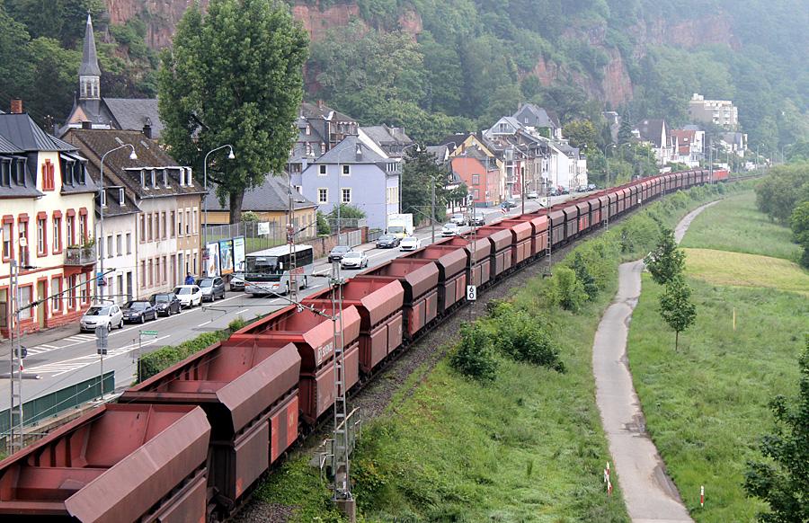 Der zunehmende Güterverkehr auf der ungeschützten Westtrasse ist den Anwohnern links der Mosel ein ständiger Dorn im Auge.