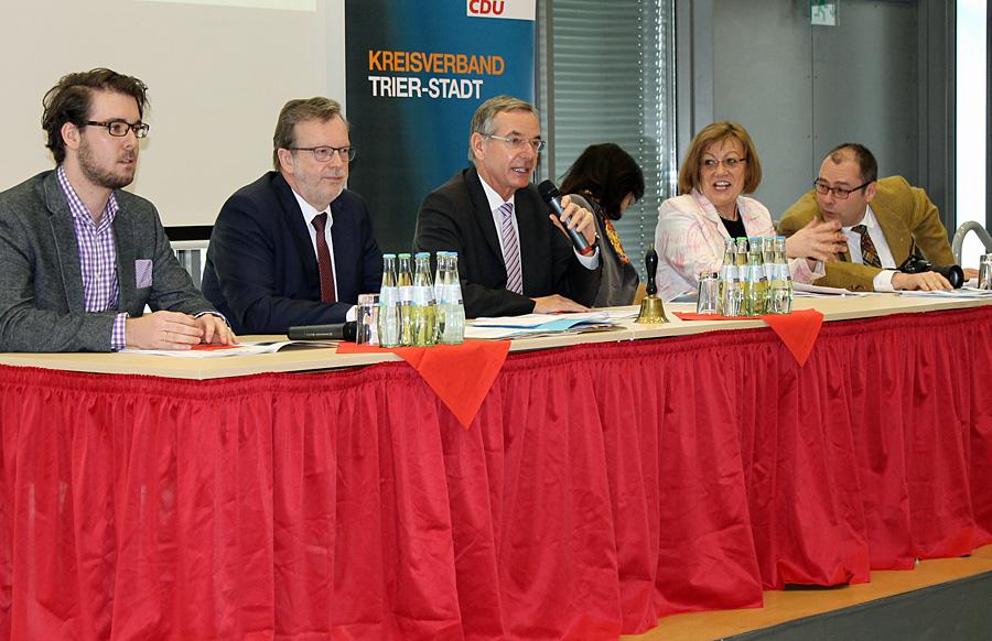 Das Tagungs-Präsidium hat die Arbeit aufgenommen. Den Vorsitz führt der Fraktions-Chef der CDU im Stadtrat, Dr. Ulrich Dempfle.