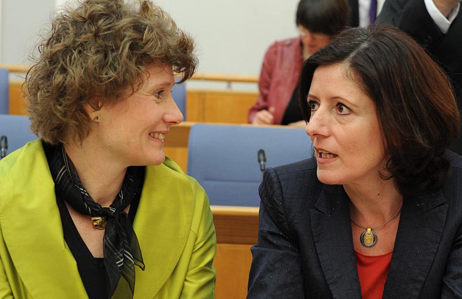 In der rheinland-pfälzischen Landesregierung - hier Eveline Lemke (links) und Ministerpräsidentin Malu Dreyer - ist die Quote bei sieben Frauen und zwei Männern mehr als erfüllt. Foto: Stk
