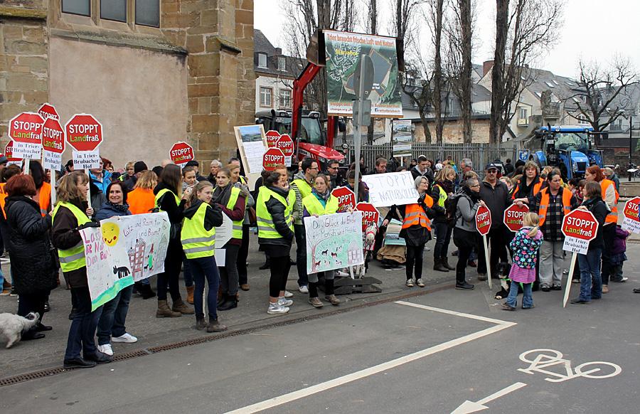 Die Mariahofer demonstrierten am Donnerstagabend gegen das geplante Baugebiet am Brubacher Hof.