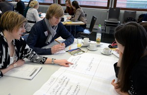 """Im Projekt """"Perlentaucher"""" – wie hier im Self-Assessment-Workshop – sollen Lehramtsstudierende nach eigenen Perlen tauchen, ihre besondere Begabung zur Gestaltung von Lehr-Lern-Prozessen erkennen, stärken und somit noch besser zur Geltung und zur Wirksamkeit bringen. Foto: Uni Trier"""