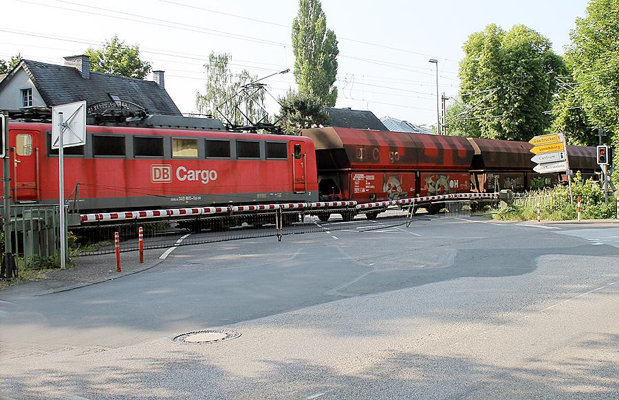 30 und mehr Güterzüge donnern aktuell pro Tag und Nacht - teilweise im Gegenverkehr - über die ungeschützte Trierer Westtrasse mitten durch die Wohngebiete.