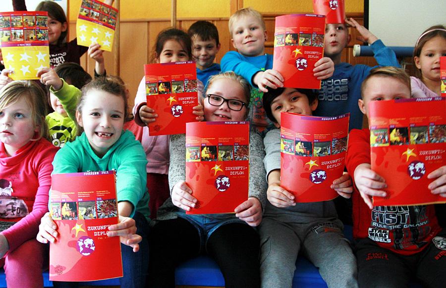 Mit dem Diplom in der Hand: Das Projekt der Lokalen Agenda 21 für Kinder ist eine Erfolgsgeschichte. Foto: Gabi Böhm