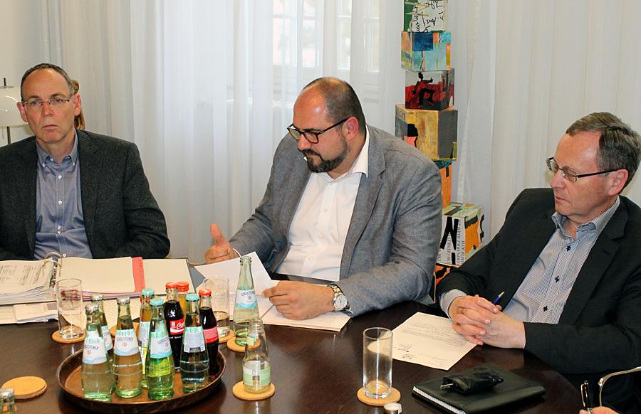 Kulturdezernent Thomas Egger (Mitte) informierte am Mittwoch kurzfristig über die veränderten Pläne der Stadt. Links Eggers Controller Herbert Müller, rechts Pressechef Dr. Hans-Günther Lanfer.