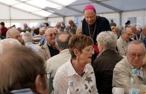 Bischof Stephan Ackermann mit den Ehejubilaren. Foto: Bistum Trier