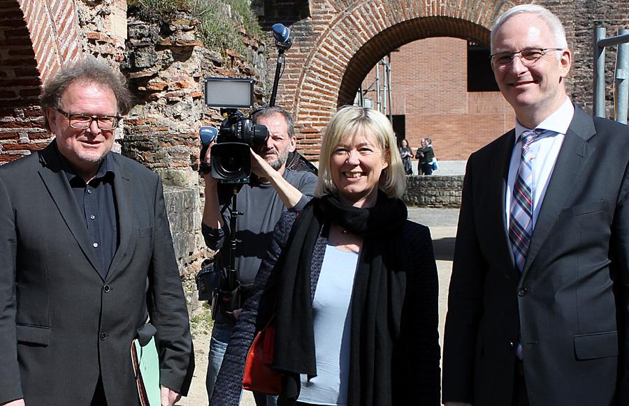 Strahlende Gesichter am Donnerstag unter strahlender Sonne in den Kaiserthermen: Generaldirektor Thomas Metz, Ministerin Doris Ahnen und OB Wolfram Leibe.