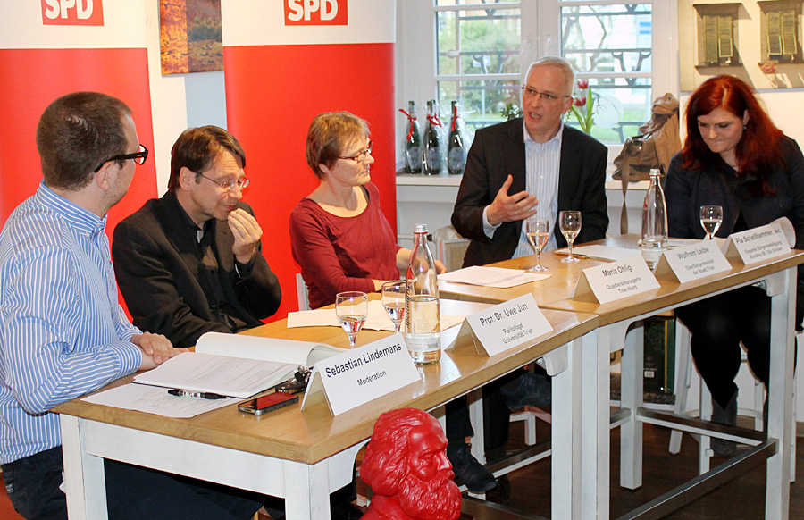 Auf dem Podium diskutierten Pia Schellhammer, Wolfram Leibe, Maria Ohlig und Professor Uwe Jun (v.r.) in der Moderation von Sebastian Lindemans (links).