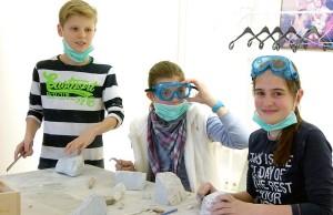 Tüfteln und Werkeln in der Museumswerkstatt: In der AG können Kinder ihrer Kreativität freien Lauf lassen. Foto: Stadtmuseum Simeonstift