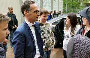 Auch auf dem Schulhof gab es viel zu erzählen zwischen Minister und Schülern.