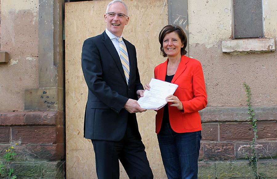 Es kann losgehen: Ministerpräsidentin Malu Dreyer überreicht Oberbürgermeister Wolfram Leibe die Bewilligungsbescheide über 5,1 Millionen Euro.
