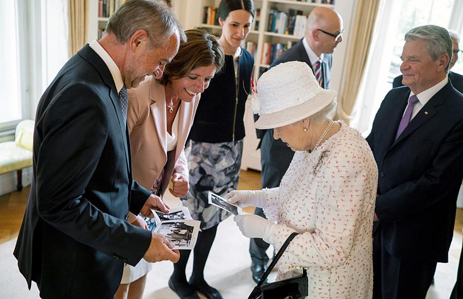 Dreyer, die Queen und Triers Ex-OB Klaus Jensen beim Empfang in Berlin, an dem auch Bundespräsident Gauck (rechts) teilnahm. Foto: Bundesbildstelle