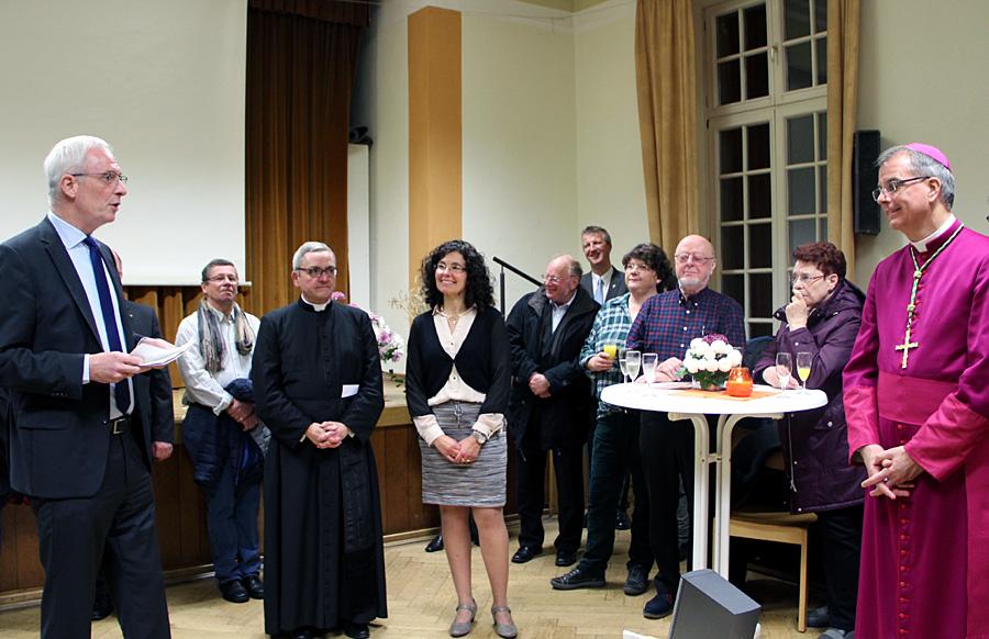 Oberbürgermeister Wolfram Leibe, Pfarrer Joachim Waldorf, Pia Bösen und Weihbischof Peters (v.l.n.r.) bei der Feierstunde in der Martinskirche.
