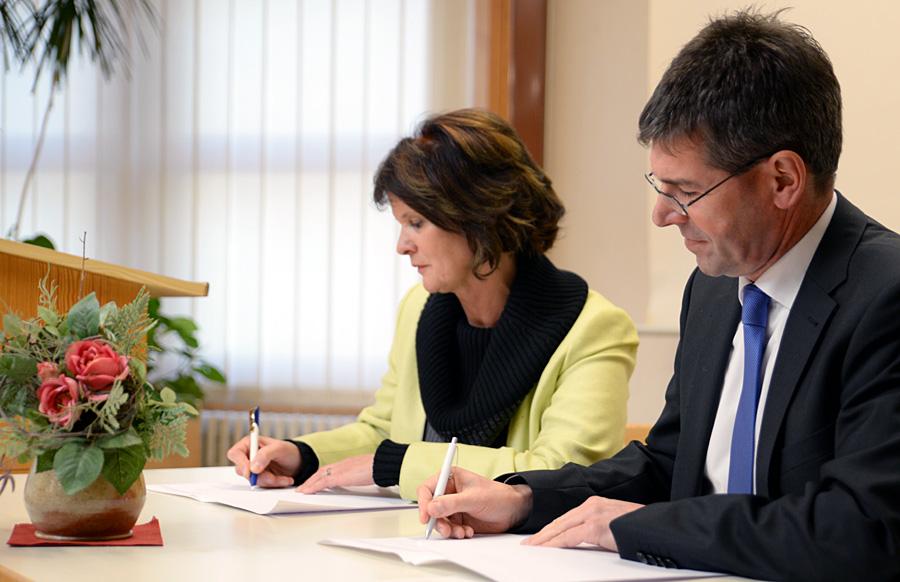 Wissenschaftsministerin Reiß und Unipräsident Jäckel unterzeichnen den Vertrag. Foto: Uni Trier