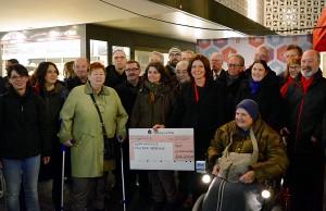 Spendenübergabe am Samstagabend vor der Galeria Kaufhof in der Fleischstraße. Foto: SPD Trier