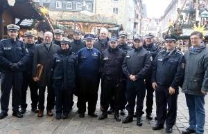 Der Trierer Oberbürgermeister Wolfram Leibe (Bildmitte) und Polizeipräsident Lothar Schömann (mit Aktentasche) trafen sich am vergangenen Samstag mit der internationalen Streife auf dem Weihnachtsmarkt. Foto: Polizei Trier