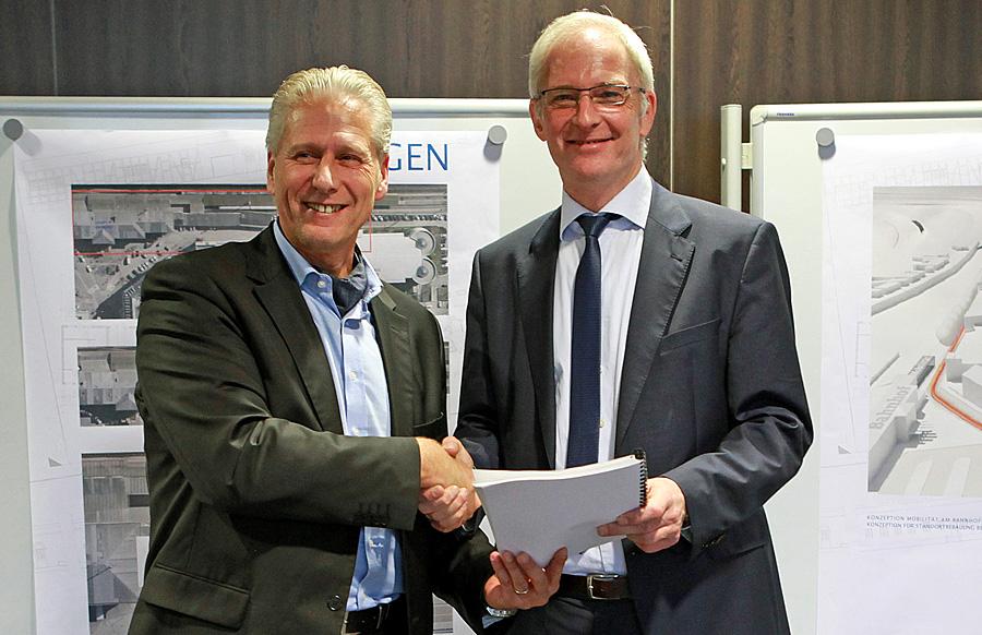 Jürgen Konz (links) von der Deutschen Bahn und Oberbürgermeister Wolfram Leibe als SWT-Aufsichtsratschef besiegeln den Vertrag. Foto: SWT