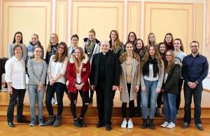 Die Klasse 11a mit Weihbischof Dr. Dieser (mitte), Religionslehrerin Gisela Still (links) und Referendar Bernhard Luithle (rechts). Foto: Bistum Trier