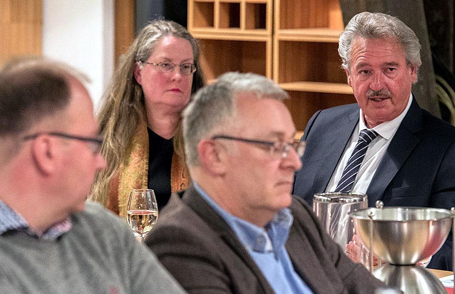 Geduldig stand Jean Asselborn (rechts) Journalisten wie Stefan Strohm, Sabine Krösser und Heribert Waschbüsch (von links) Rede und Antwort. Foto: Rolf Lorig