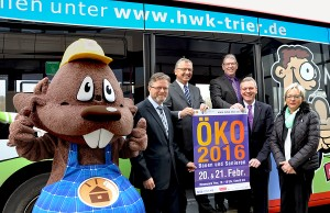 Die Premiumsponsoren vor dem SWT-Bus - Alfons Jochem (Volksbank Trier), Dr. Manfred Bitter (HWK), UWZ-Leiter Axel Bettendorf (HWK), Dr. Olaf Hornfeck (SWT), Rosita Klein (RWE). Foto: HWK Trier