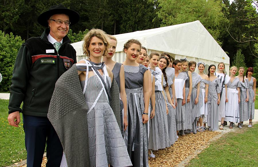 Modische Trachten im Nationalpark Hunsrück-Hochwald stehen auch Wirtschaftsministerin Eveline Lemke (vorne) gut. Foto: Hochschule Trier
