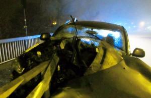 Das Auto des Mannes wurde beim Unfall von der Leitplanke durchbohrt. Foto: Polizei Trier