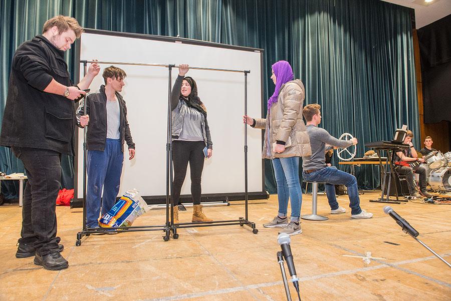 Mit verschiedenen Theaterstücken setzen sich die Jugendlichen mit dem Thema Anderssein auseinander. Alle Fotos: Rolf Lorig