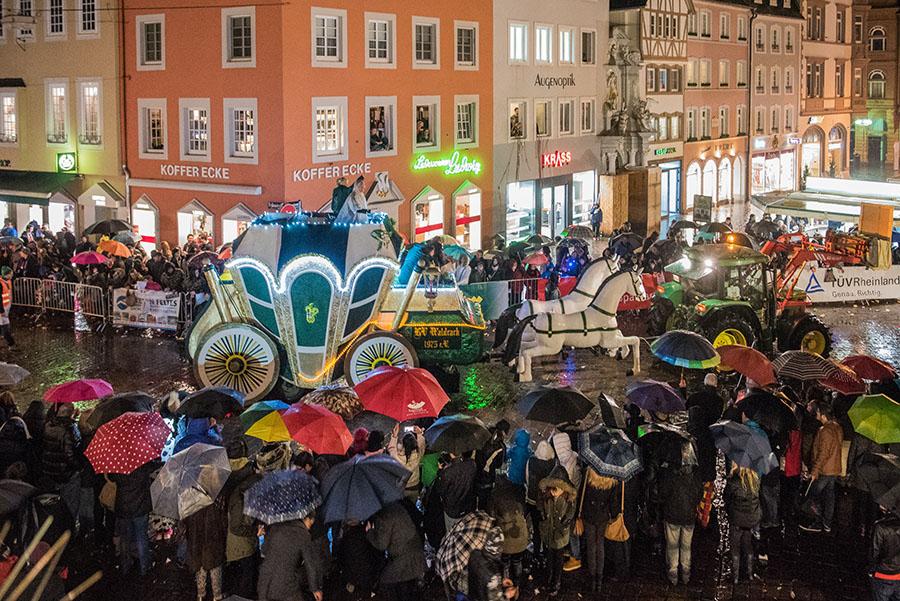 Die allermeisten Jecken feierten am Samstagabend friedlich in der Innenstadt. Foto: Rolf Lorig