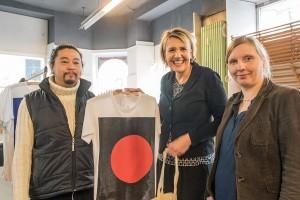 Johannes Truang (links) betreibt mit intelligenten Prints textile Kommunikation. Hier zeigt er Simone Peter und Corinna Rüffer ein T-Shirt. Foto: Rolf Lorig
