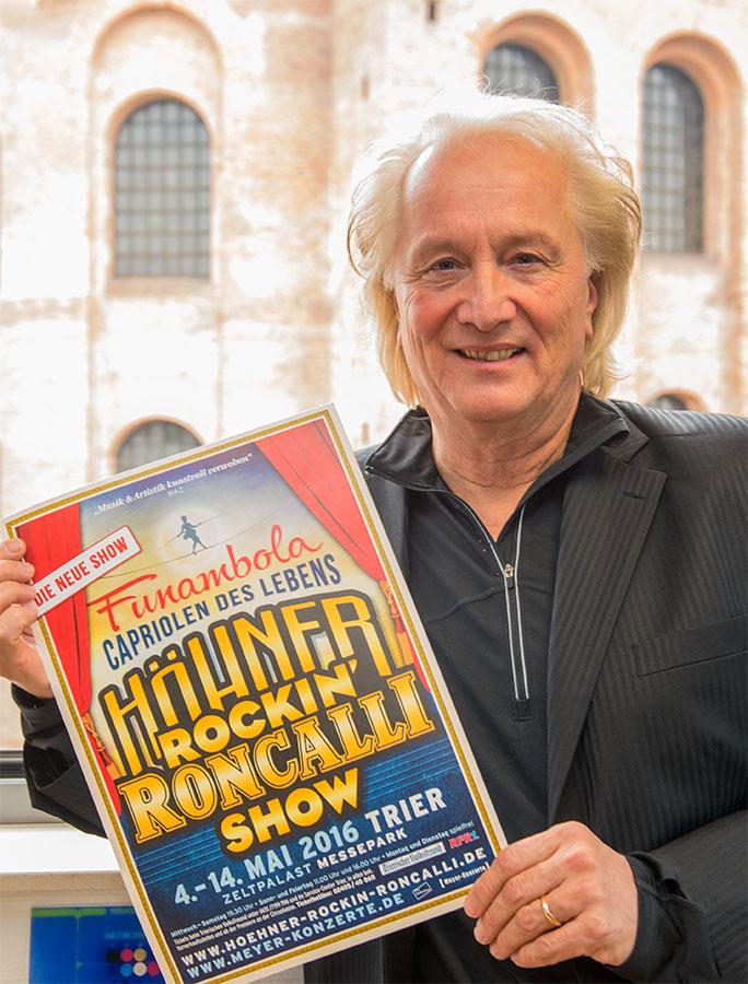 Höhner-Bassist Hannes Schöner wirbt für die Premiere der Höhner Rockin' Roncalli Show in Trier. Foto: Rolf Lorig